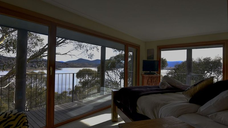 Little Point Lake Front - Very spacious, very private & stunning views, holiday rental in Jindabyne