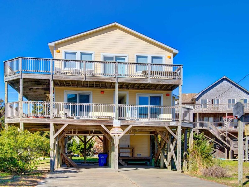 �️ Centrally Located Home in Avon w/ hot tub & spacious decks�, vacation rental in Avon