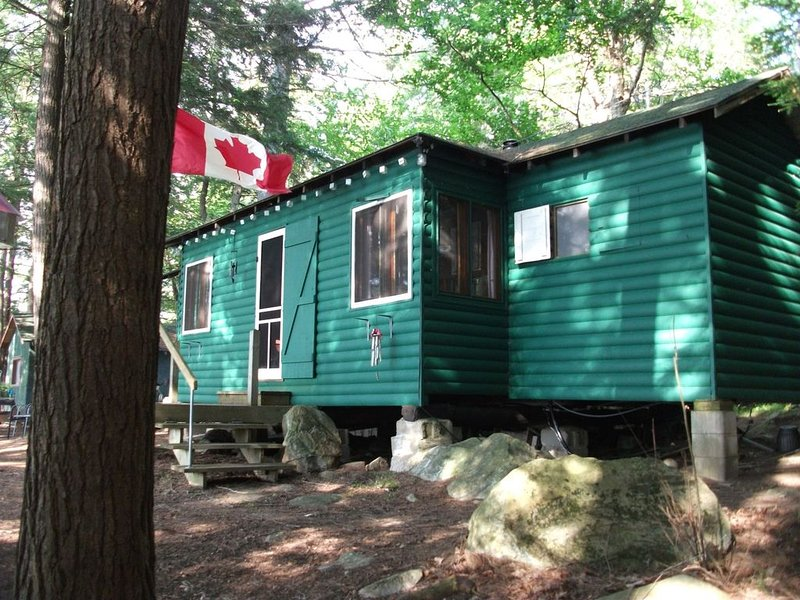 cozy old fashioned cottage in the heart of beautiful Haliburton Highlands, aluguéis de temporada em Gooderham