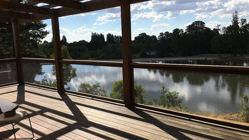The Lakehouse Beechworth- Absolute Lake Frontage, holiday rental in Stanley