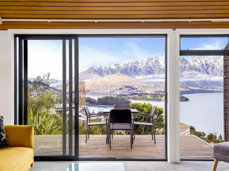 Alpine Gem. Uninterrupted, Panoramic Views, holiday rental in Queenstown