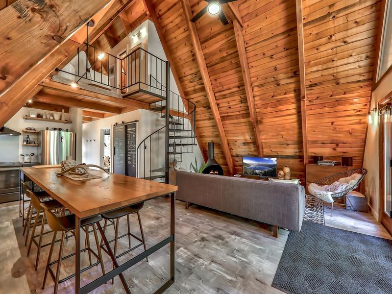 Cutest Chalet in Tahoe! Great location, Retro Decor, Woodsy, Romantic!, vacation rental in South Lake Tahoe