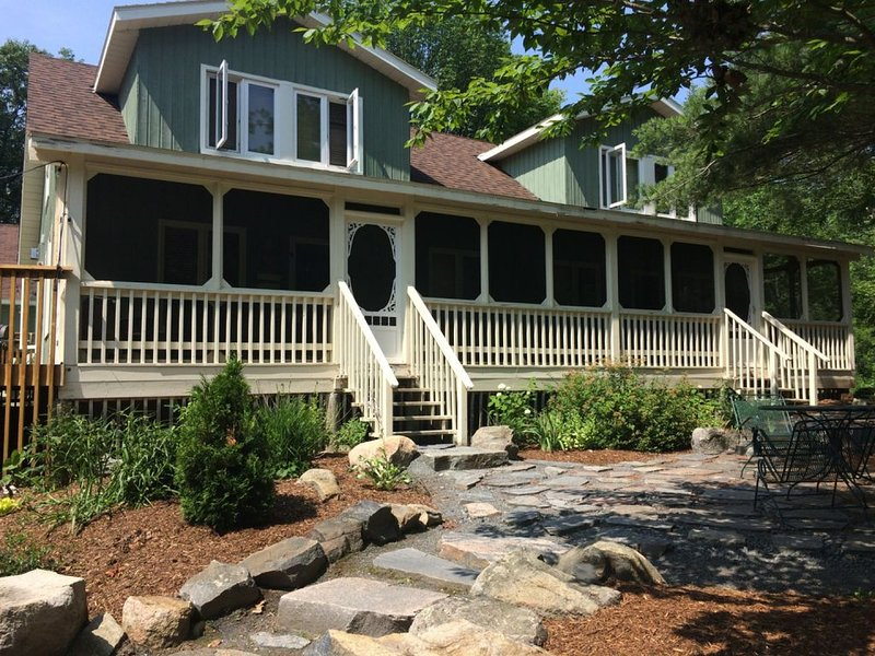 Private 3 in 1 Lakefront Home for Large Families or Groups (sleeps 24), holiday rental in Seguin Township