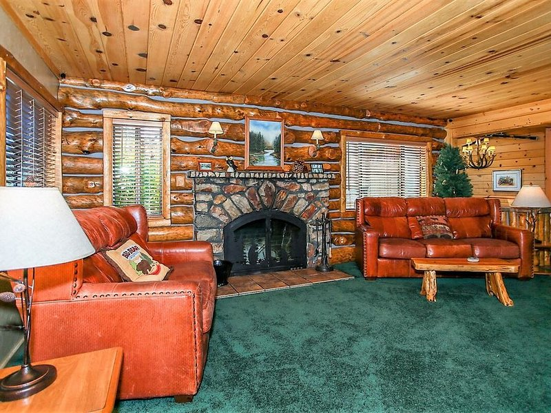 Pleasant Pause Ultra Modern 3BR Fawnskin Chalet / Walk To Lake/Marina, vacation rental in Lucerne Valley