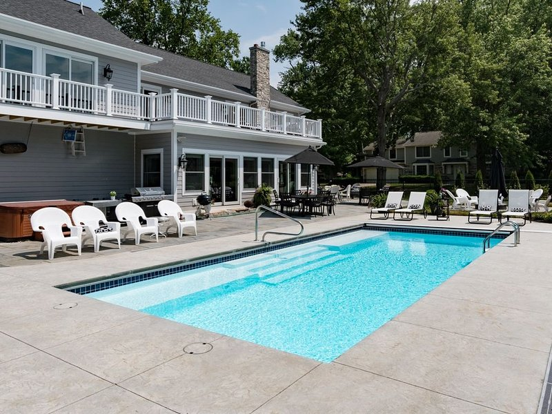 Swimming Pool, Hot Tub, Fire Pit, Game Room & Bicycles!, location de vacances à South Haven