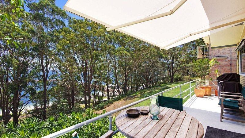 Right in the centre of Nelson Bay large family home suits 8, vacation rental in Nelson Bay