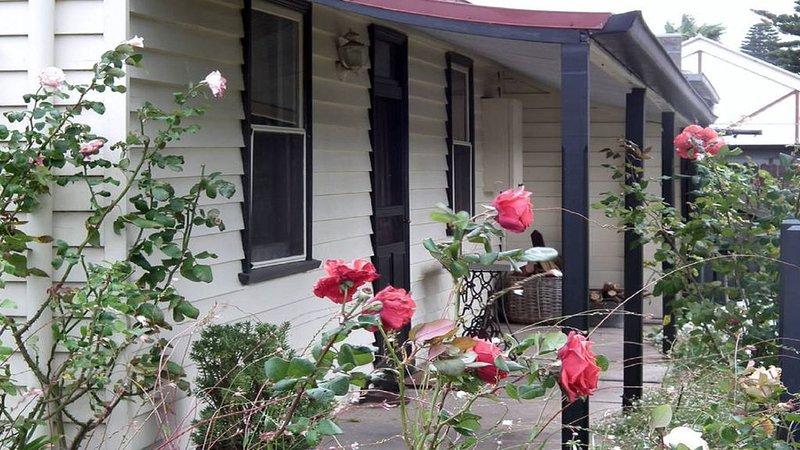 Historic 1880's cottage romantic central open fire tastefully renovated, location de vacances à Koroit
