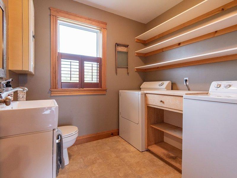 tvättstuga och litet badrum
