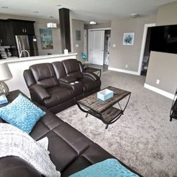 Beautiful 2 Bedroom - Located a block to Wascana Park - Beautiful 2 Bedroom - Lo, holiday rental in Regina