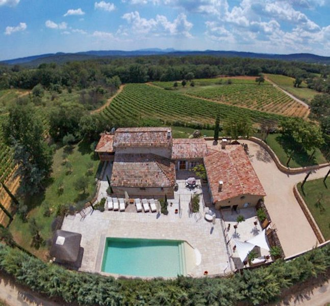 Beautiful farmhouse in the heart of Provence with swimming pool and vineyards, location de vacances à Cotignac
