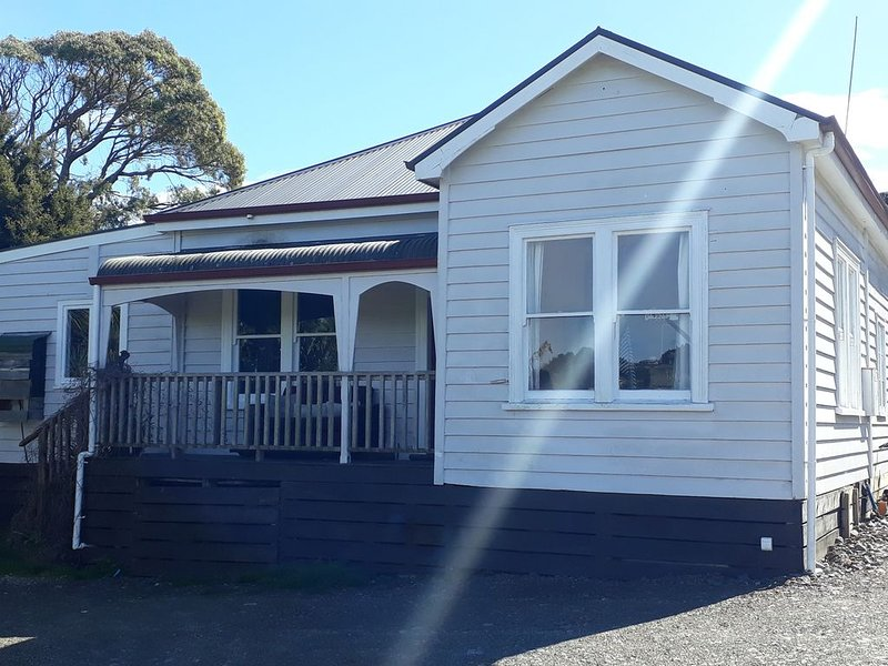 FAMILY FRIENDLY SUNNY DECK CLOSE TO WATER AND TOWN, casa vacanza a Raglan
