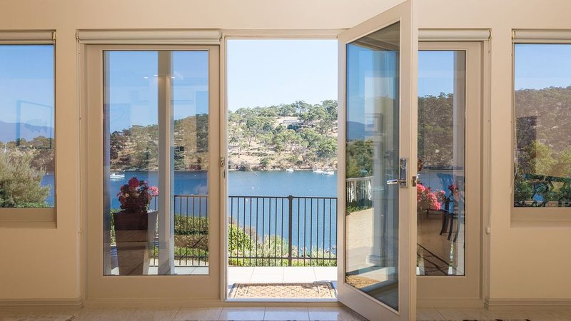 Karinya – Private Waterside Executive Apartment, vacation rental in Rosny Park