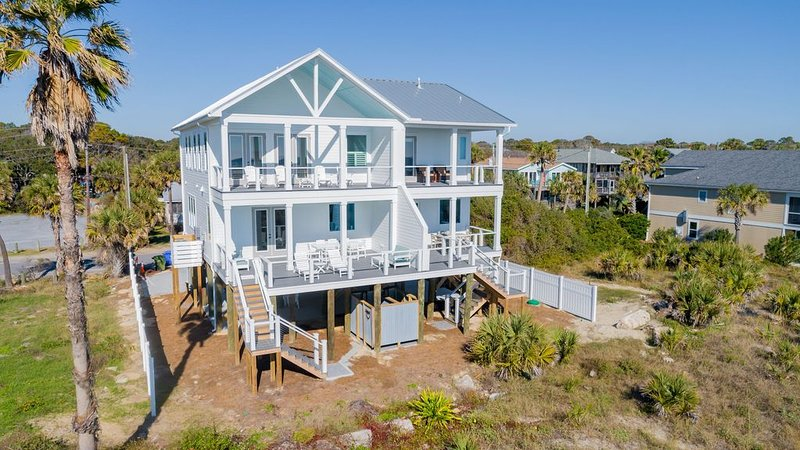 Seahorsing Around - Luxury Oceanfront Beach Home is Central Location, location de vacances à Folly Beach