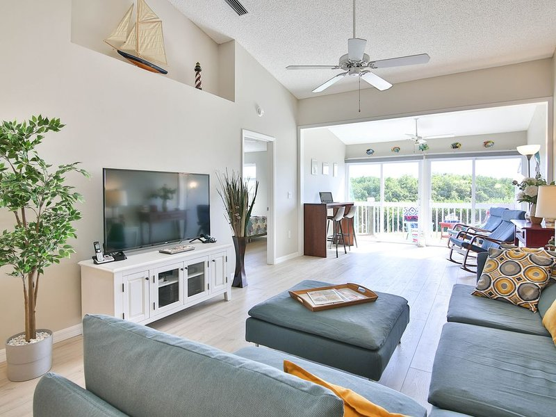 Perico Blue! Newly Renovated Condo, Gated Community, 5 Min to AMI Beaches, vacation rental in Cortez