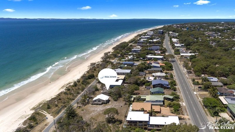 PET FRIENDLY BEACHFRONT HOUSE, vacation rental in Moreton Bay Region