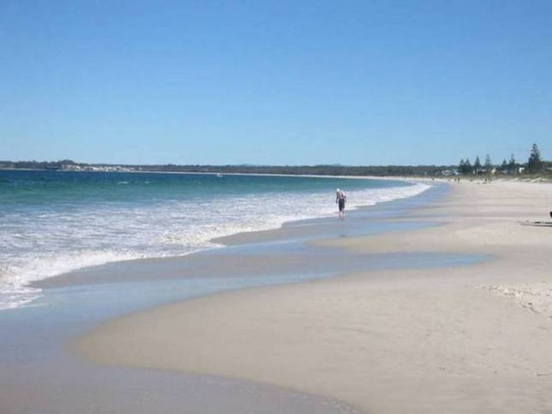 Baywatch -BEACHFRONT BEST VALUE. Fantastic position on the beach, holiday rental in Callala Beach
