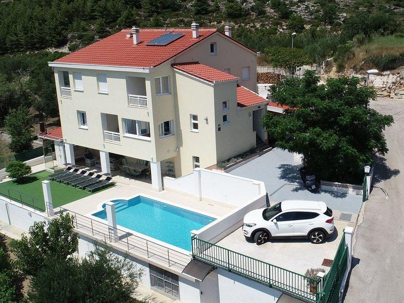 Family villa with heated swiming pool in Kaštela between Split & Trogir, holiday rental in Kastela
