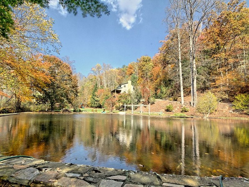 Majestic Mountain Estate - Pond & Creek on 5-acres - 100% On-Site Family, aluguéis de temporada em Hiawassee