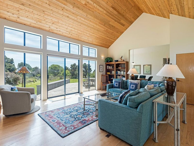 Private home on meadow w/ partial ocean view & private hot tub- Blair – semesterbostad i The Sea Ranch