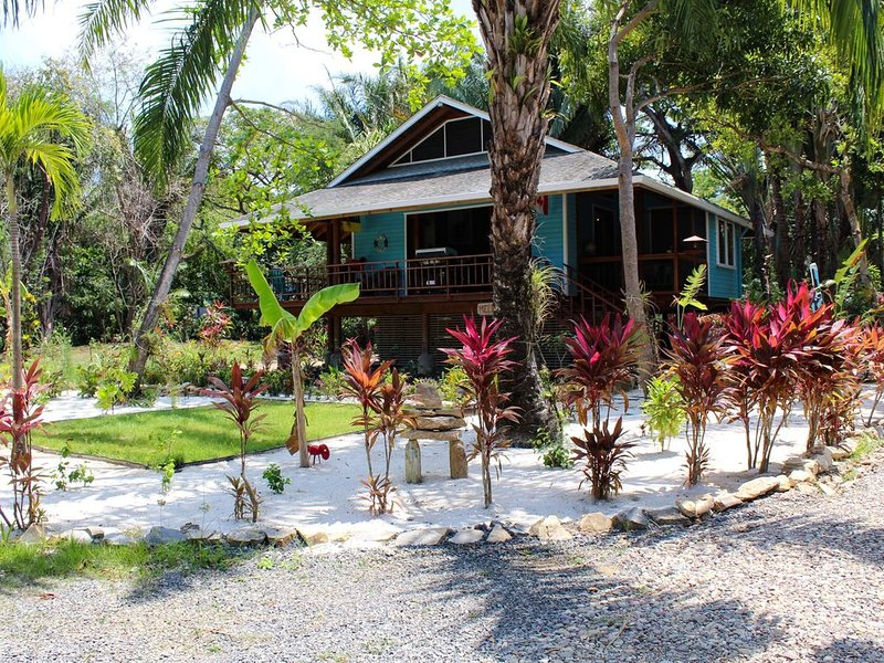 Family Friendly Private Beach Resort, Pool, Dive Shop, Nature, Bar & Grill, casa vacanza a Dixon Cove