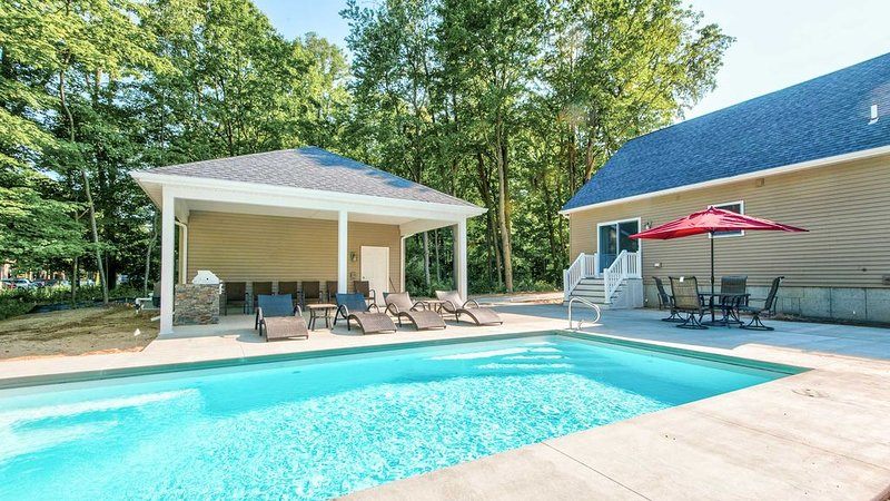 6 Bedroom w/Swimming Pool, Fire Pit & Home Theater - Walk to Beach, location de vacances à South Haven
