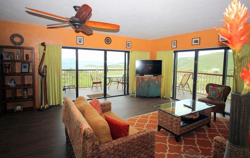 Luxury, wrap around balc., amazing views.Lower $ available for longer stay.D2, location de vacances à Smith Bay