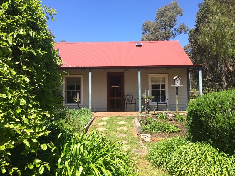 Rosebank Cottage. Picture perfect country cottage, set in beautiful gardens., holiday rental in Pemberton