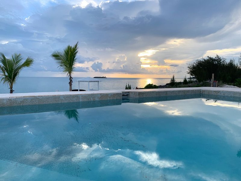 Brand New Oceanfront Home w Boat Dock, Kayaks, P-Boards, Private Pool, casa vacanza a Governor's Harbour