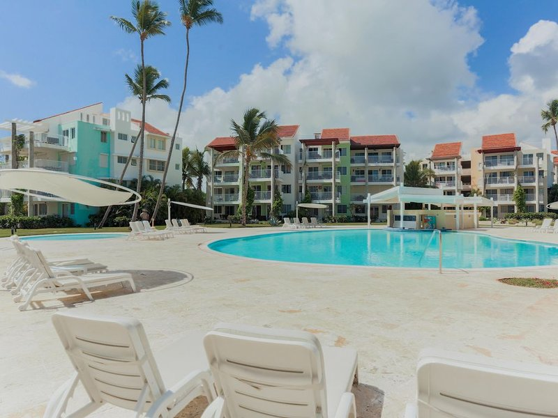 Playa Turquesa B103, Private Beach Access +BBQ, Walk Everywhere!, alquiler de vacaciones en Punta Cana