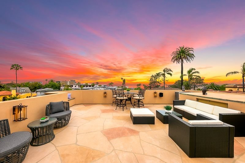 Beautifully furnished roof top deck (4th level)) is a great place for dining al fresco as you watch the changing colors of our western sunsets.