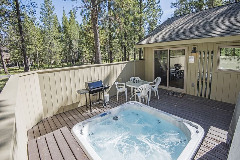 Modern, Single-Level Sunriver Home with Master Suite, Hot Tub!, vacation rental in Sunriver