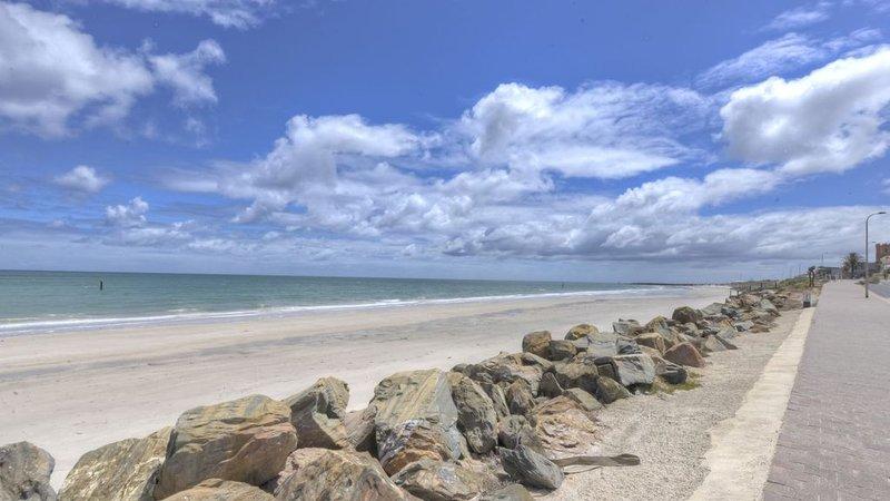 Sea By Your Side - Perfect Esplanade Living, casa vacanza a Glenelg