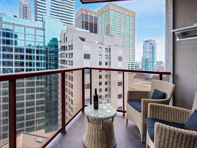 Ultimate Yorkville Luxury - Two-Bedroom Corner Suite (Kitchen, Balcony) [T6], holiday rental in Toronto