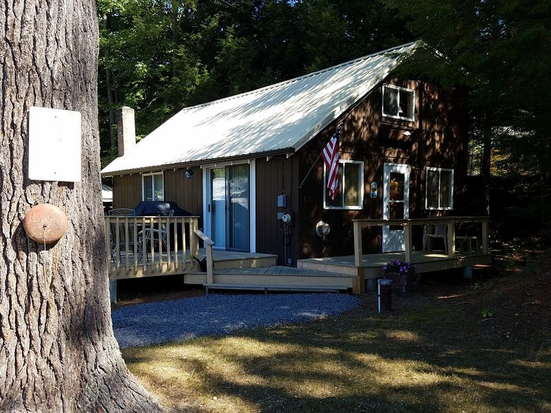 Your home away from home - cozy cabin on Sebago Lake in quiet Jordan Bay region, vacation rental in Raymond