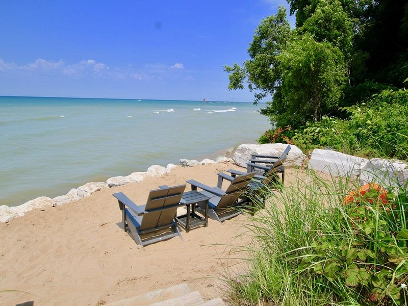 Private Lake Access, Hot Tub, Fire Pit, Foosball & Endless Lake Michigan Views, holiday rental in Covert