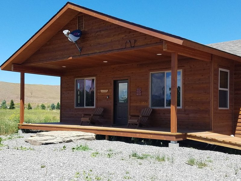 New Cabin on the Yellowstone River with Pond, Five Miles from Chico, location de vacances à Prier