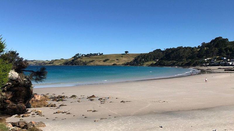 Agua azul cristalina y arena blanca pura ...