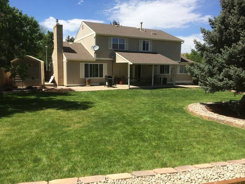 ***Beautiful 7 BEDROOMS! 9 BEDS! Smack-Dab Central Between DENVER and BOULDER***, holiday rental in Arvada