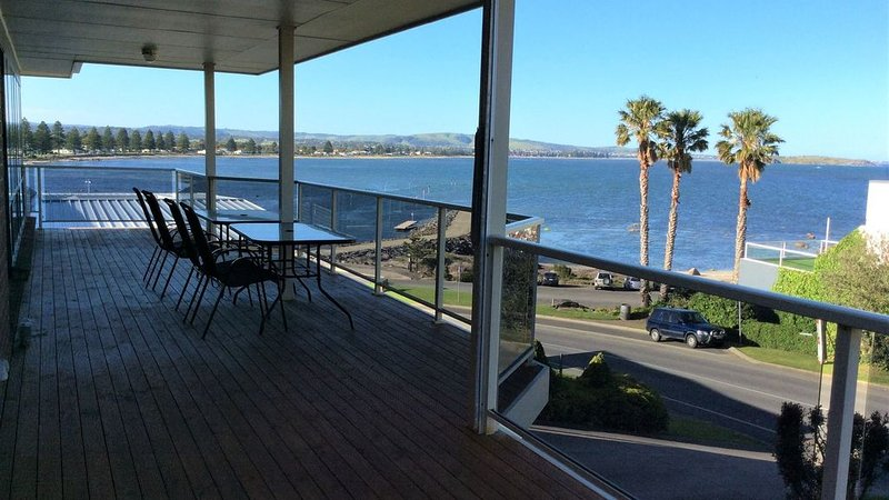 Encounter the View - stunning panoramic bay views (Not available for schoolies), holiday rental in Encounter Bay