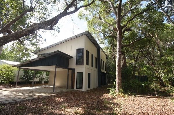 3 Naiad Court - Modern, two storey home with bushland views, close to the beach – semesterbostad i Gympie Region