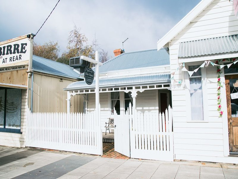 Birregurra Tea House : Cracker rear courtyard with fire pit , bar & stage, holiday rental in Colac