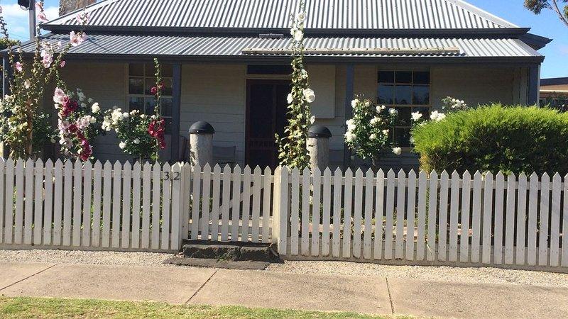 Mutton Bird Cottage, perfect central location, aluguéis de temporada em Port Fairy