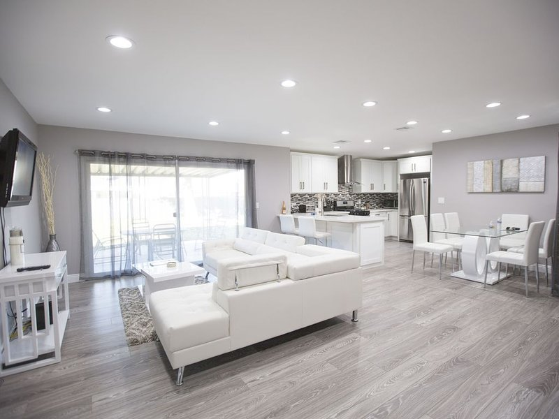 Luxury Renovated Home, private parking!, location de vacances à Bell Canyon