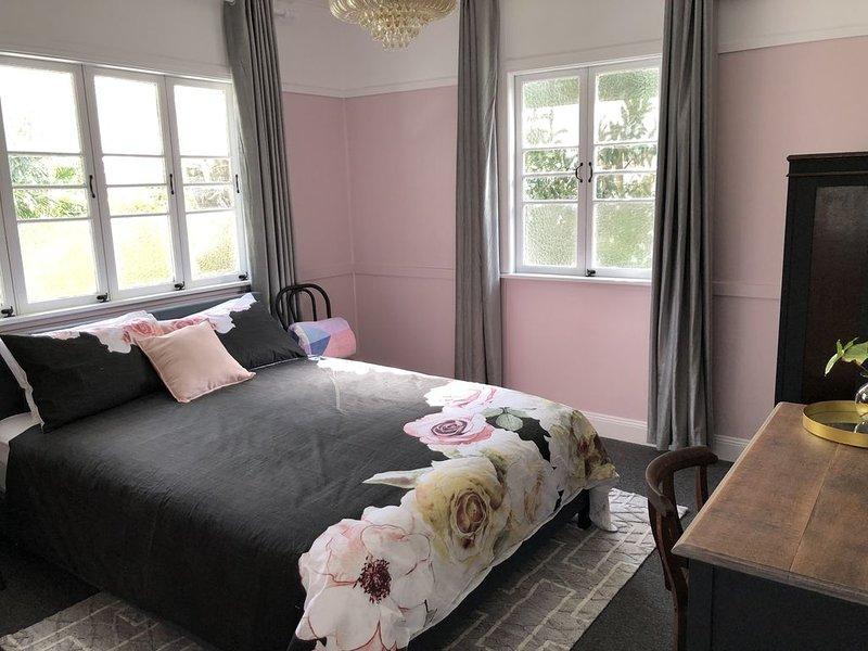 Mid-century Glamour + Suburban Comfort, holiday rental in Ipswich