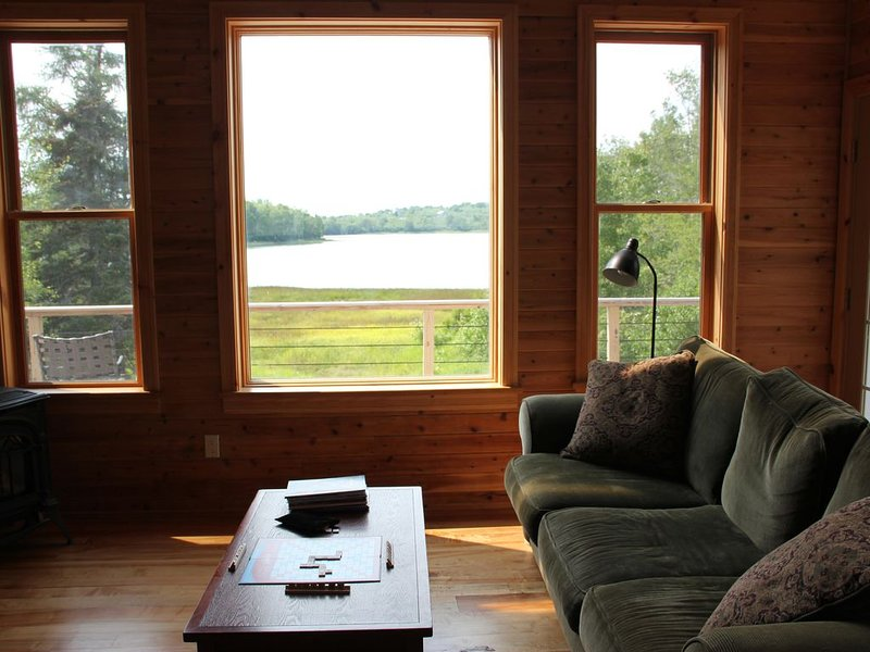 Beautiful and unique waterfront home with spectacular sunsets, alquiler de vacaciones en East Machias