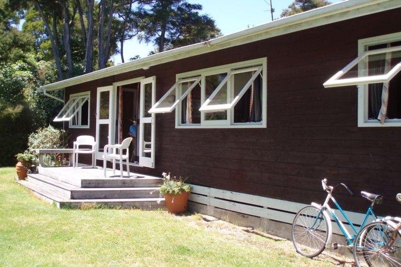 Secluded Classic Kiwi Bach., aluguéis de temporada em Taupo District