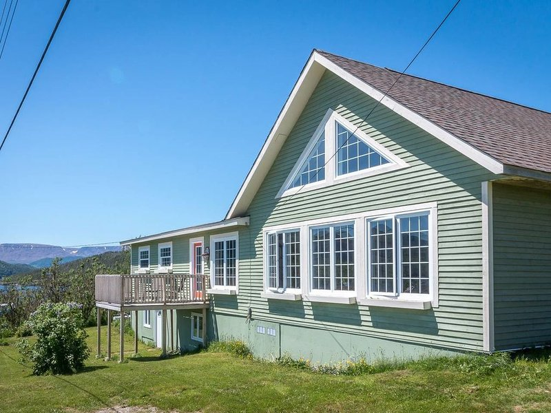 The Peridot Chalet - where beauty and peace unite, holiday rental in Gros Morne National Park