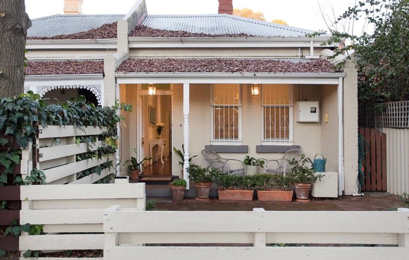 Gorgeous central Subiaco cottage - walk to Kings Park, cafes, restaurants, train, holiday rental in Subiaco