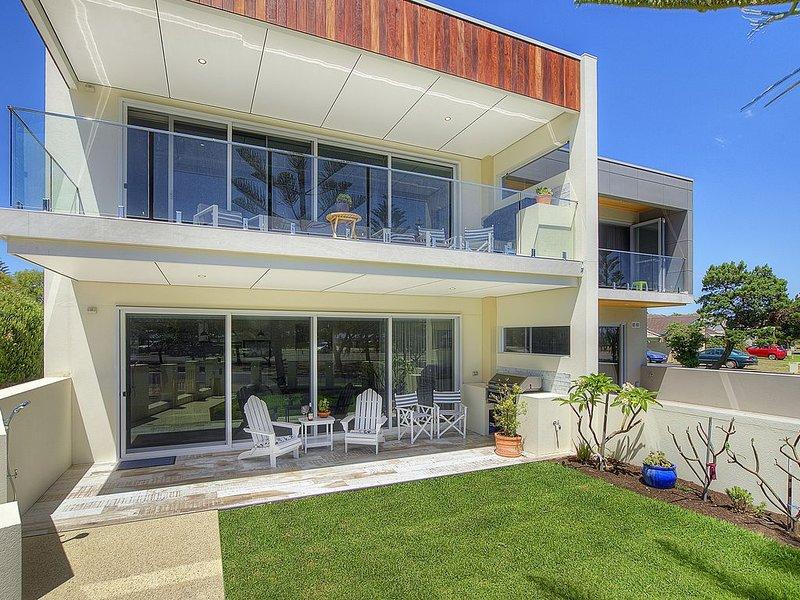 Beachside 880  beachfront luxury Apartment with Sunset views from the balcony., location de vacances à Wonnerup