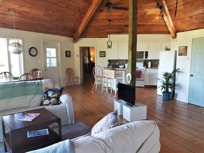 Honeycomb Cottage - bright, airy and spacious sanctuary with water view!, alquiler de vacaciones en Savage Harbour